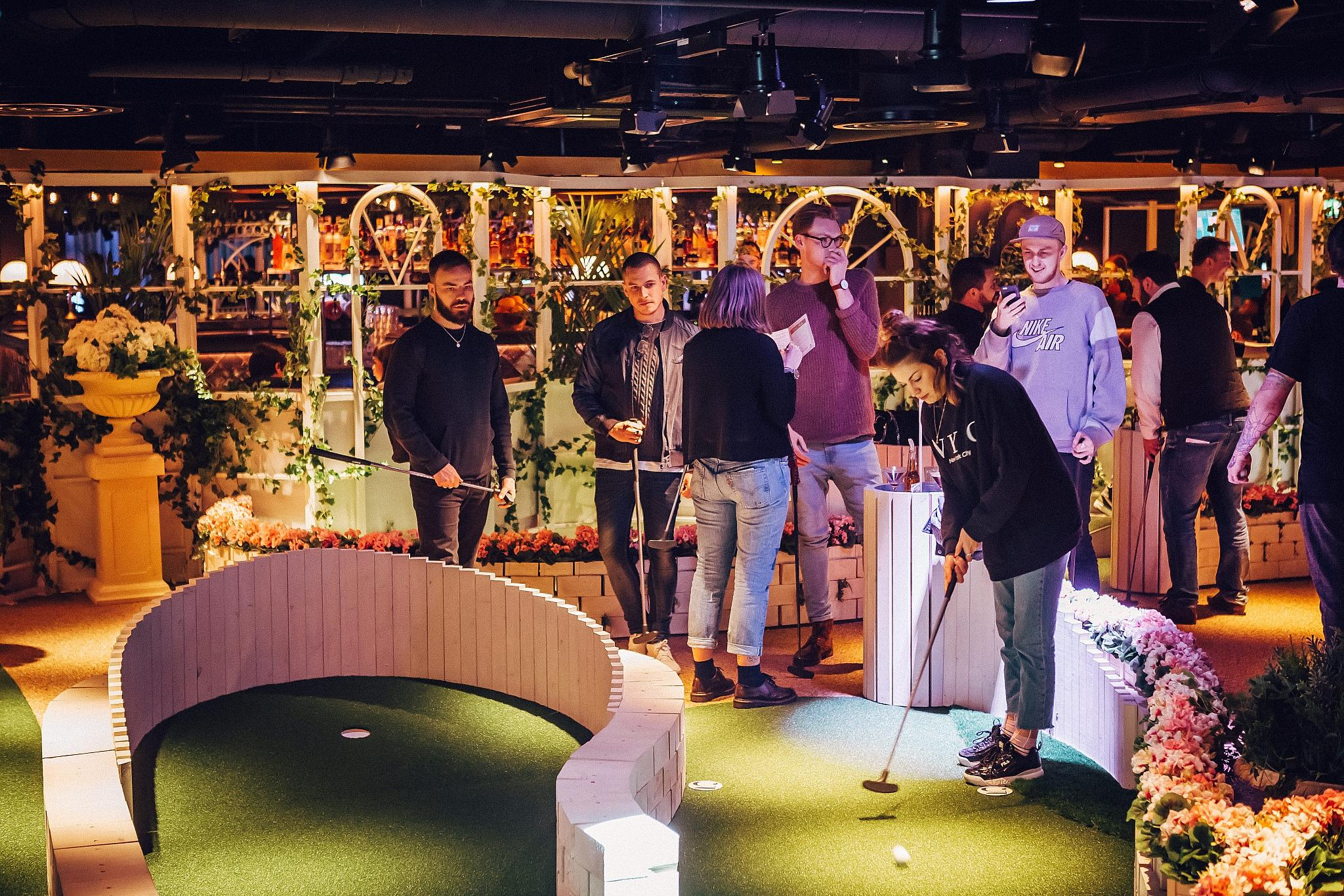 Crazy_golf_at_Swingers_West_End